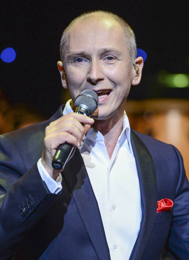 Der beliebte Sänger feiert Comeback! Helmut Lotti, 46, (13. Millionen verkaufte Platten) kommt nach 5-jähriger Auszeit zurück auf die Bühne. Eines hat er allerdings vergessen: Seine Haare. Jahrelang trug Lotti auf Nachdruck seiner Plattenfirma nämlich ein Tupet - damit ist jetzt Schluss!