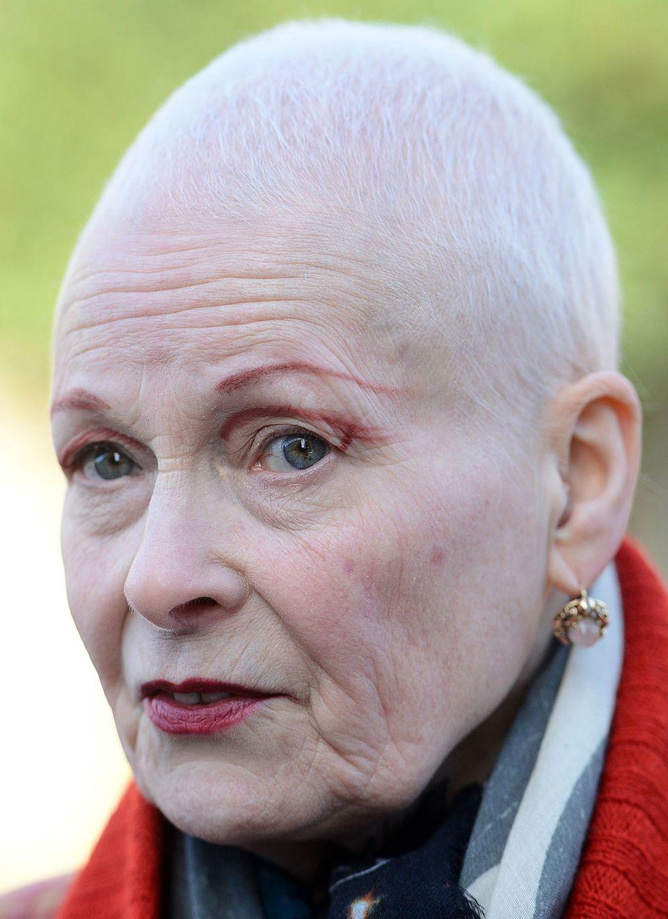 Vivienne Westwood, die Erfinderin der Punk-Mode, hat sich von ihrer leuchtend roten Mähne getrennt. Um auf den Klimawandel aufmerksam zu machen und zu zeigen, wie stolz sie auf ihre 72 Jahre ist, trägt sie das weiße Haar nun raspelkurz.