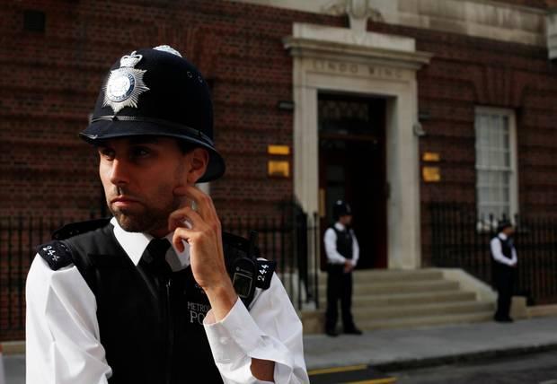 """Herzogin Catherine ist über einen Seiteineingang des """"St. Mary's Hosptial"""" in die Klinik gelangt. Seitdem hat sich die Polizeipräsenz vor dem Gebäude erhöht."""