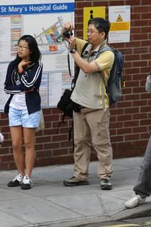 Viele Touristen bleiben vor der Klinik stehen, um ein Foto von dem Spektakel zu machen.