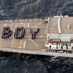 """Auch die Besatzung der """"HMS Lancaster"""" feiert die Geburt des kleinen Prinzen und stellt sich bei ihrer Patrouille in der Karibik zu einem großen """"Boy"""" auf."""