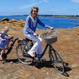 Mathilde und Eleonore erobern mit dem Fahrrad die Insel.
