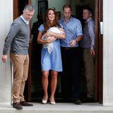 Um 19.13 Uhr Ortszeit ist es dann so weit: Die frischgebackenen Eltern Herzogin Catherine und Prinz William treten vor das Krankenhaus.