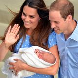 Stolz zeigen Kate und William ihr Baby, das friedlich schlummert.