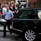 """Kurz darauf wird ein Wagen bereitgestellt und die Fans können einen vorerst letzten Blick auf """"Baby Cambridge"""" werfen. Papa William trägt seinen Sohn in einer Babyschale zum Auto ..."""