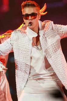 """Es ist ja nicht so, dass nur unbequeme Kleidung schön ist. Die Pluderhosen, mit denen MC Hammer in den neunziger Jahren berühmt wurde, hätten allerdings ruhig in den Schubladen des Rappers verweilen dürfen. Das ultra-komfortable Kleidungsstück hat es nämlich heute auch Teenieschwarm Justin Bieber angetan, und erstaunlicherweise halten noch nicht einmal diese als """"Pampershosen"""" verschrienen Liebestöter seine Fans von begeisterten Kreischkonzerten ab."""