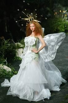 Märchenhaft und wie von einem anderen Stern waren die Dior-Kollektionen unter John Galliano. Der exzentrische Brite schuf Szenarien, in denen Models wie Lily Cole zu Fabelwesen mutierten.
