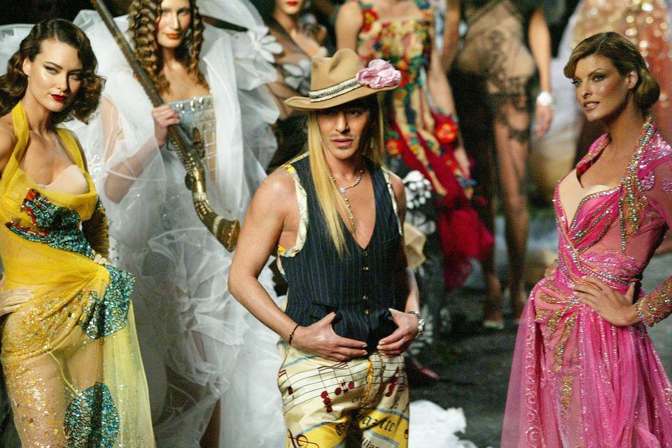John Galliano, der gefallene Stern des Modehauses Dior. Nach einem antisemitischen Ausraster wurde er 2011 fristlos entlassen - nach 14 überaus erfolgreichen, aber auch skandalösen Jahren. Seine Kreationen waren bombastisch, kulturell inspiriert und nicht selten untragbar.