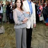 2009: Prinzessin Marie und Prinz Joachim von Dänemark verlassen gemeinsam mit Söhnchen Henrik das Reichskrankenhaus in Kopenhagen.