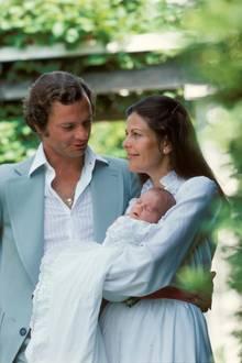 1977: Zärtlich hüten Königin Silvia und König Carl Gustaf Schwedens neue Prinzessin Victoria.