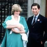1982: Darauf hat die Welt gewartet: Prinz Charles und Lady Diana bei ihrem ersten öffentlichen Auftritt mit ihrem neugeborenen Sohn Prinz William vor dem St. Mary's Hospital in London.