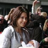2007: Friedlich schlummert Prinzessin Isabella in den Armen ihrer Mutter, Dänemarks Kronprinzessin Mary.