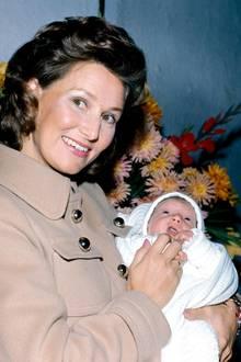 """1971: Norwegens Kronprinzessin Sonja mit ihrem """"Bündel Glück""""- Töchterchen Märtha-Louise."""