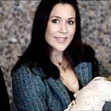 2005: Elternglück pur: das dänische Kronprinzenpaar Frederik und Mary genießt den ersten Auftritt mit Söhnchen Christian.