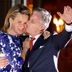 König Philippe drückt seiner Königin einen Kuss auf.