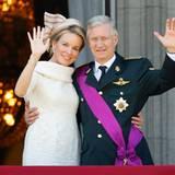 Das neue Königspaar zeigt sich auf dem Balkon des Schlosses.