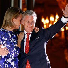 Bevor ein großes Feuerwerk den historischen Tag zu Ende gehen lässt, tritt das neue Königspaar noch einmal auf den Balkon.