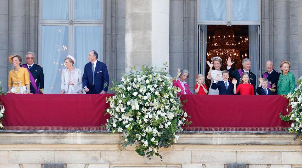 Auf der linken Balkonhälfte haben sich Prinzessin Claire, Prinz Laurent, Prinzessin Astrid und Prinz Lorenz versammelt.