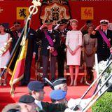 Die Belgien wird nicht nur der Thron gewechselt, auch finden die Festlichkeiten zum Nationalfeiertag statt. Die royale Familie schaut sich die Militärparade an.