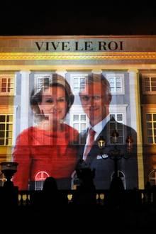 Mit einer Projektion am Königspalast feiern die Belgier ihr neues Königspaar am Nationalfeiertag.