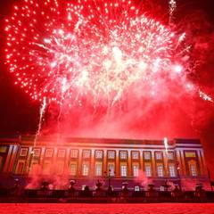 Dann ist das Feuerwerk über dem Palast zu sehen.