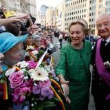 Auch Königin Paola und König Albert zeigen sich ihrem Volk.