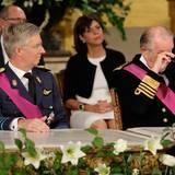 Überwältigt vom Ereignis muss König Albert II sich Tränen aus den Augen wischen.