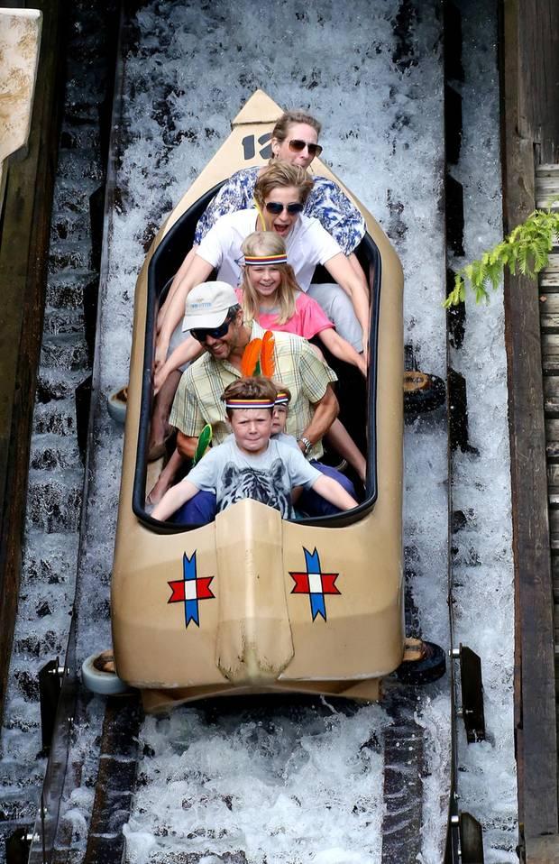 Bei dem Ausflug ins Legoland in Billund sind auch Frederiks Cousine, Alexandra zu Sayn-Wittgenstein-Berleburg, und ihre Kinder Graf Richard und Gräfin Ingrid mit dabei. Mit Frederik, Vincent und Christian geht es in die Wildwasserbahn.