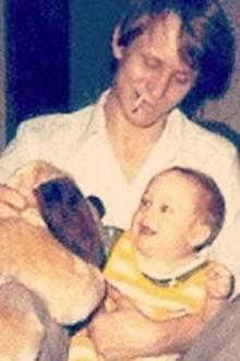 Als Alexander Skarsgard 1976 geboren wurde, war sein Vater Stellan Skarsgard in Schweden bereits ein gefeierter Schauspieler. Seit den 1980er Jahren arbeitet er auch an Hollywoodproduktionen mit.