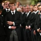 Am 6. Oktiober 2002 verstirbt Beatrix' gebliebter Prinzgemahl Claus von Amsberg. Auf der Trauerfeier stützt Prinz Johan Friso seine Mutter.
