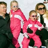Ein Jahr vor dem Unglück ist das Familienidyll noch ungetrübt. Mit den Töchtern Joanna Zaria und Emma Luana stehen Prinz Friso und Prinzessin Mabel im Winterurlaub für die Fotografen vor der Linse.
