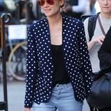 Zum ebenso auffälligen wie fröhlichen Blazer kombiniert Diane einen gelungenen Mustermix: Die gestreifte Hose und das Meander-Muster des Hutes passen perfekt.