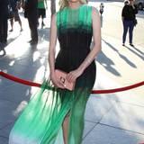 Mit leuchtend-weißen Tipp-ex-Fingernägeln und einem schönen Kleid von Jonathan Saunders besucht die Schauspielerin eine Filmpremiere.