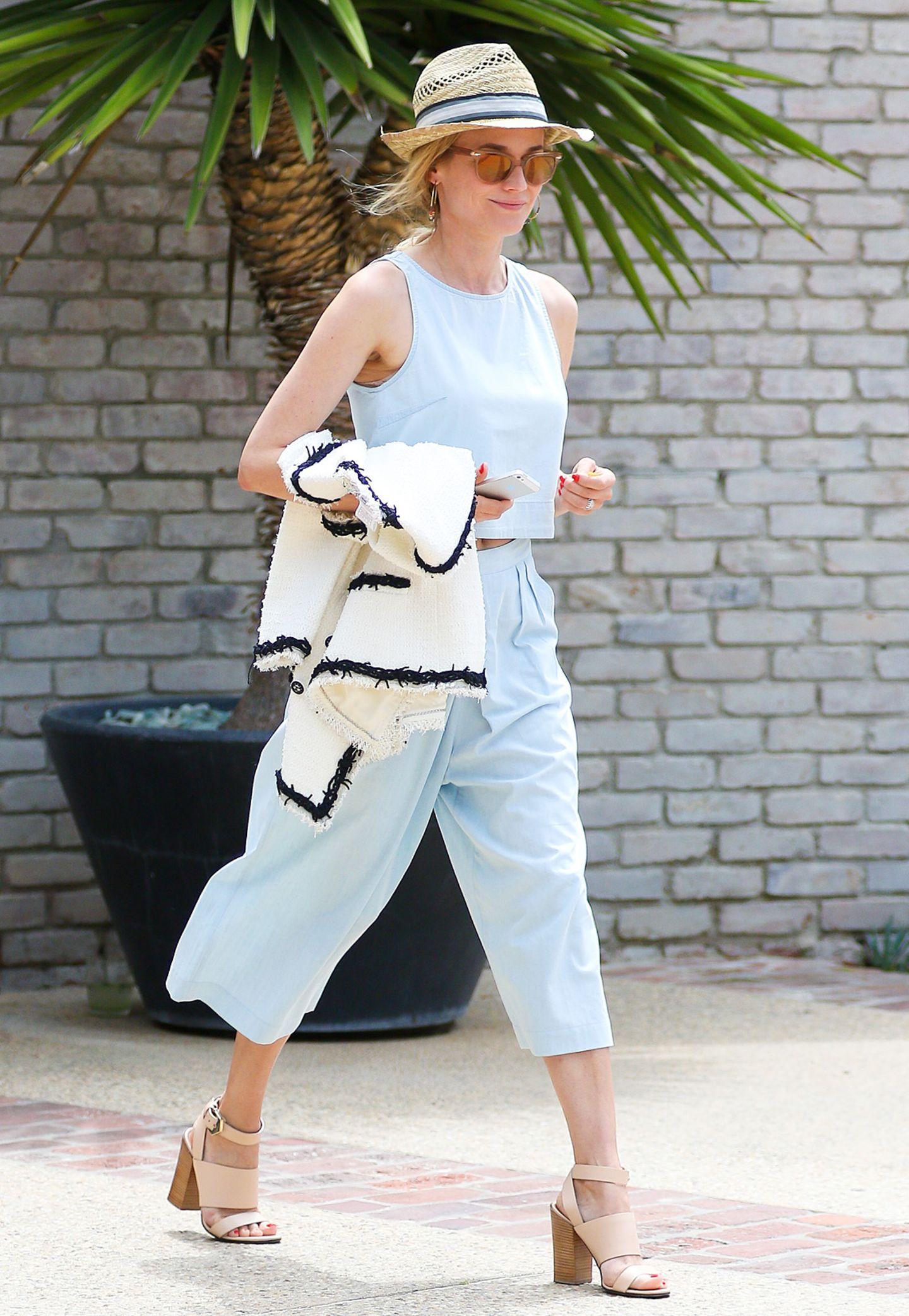 Wenn eine Frau Culottes tragen kann, dann Diane Kruger. In himmlischem Hellblau und mit weißer Tweed-Jacke von Chanel werden die It-Teile sogar ausgehfein.