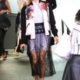 """Nach der Trennung von Joshua Jackson scheint es Diane Kruger wieder besser zu gehen. Nicht nur ihr Valentino-Look strahlt, auch die Schauspielerin selbst lässt sich bei der Promo-Tour für ihren neuen Film """"Disorder"""" ein Lächeln entlocken. ZU der bunt bestickten Jacken und dem schwarzen transparenten Spitzenrock kombiniert die 40-Jährige schwarze Louboutin Pumps und eine Chanel-Tasche"""