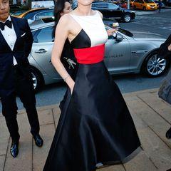 Diane Kruger begeistert bei der Eröffnung der Opernsaison der Metropolitan Oper in New York in einem Kleid von Prabal Gurung. Den Designer, links im Bild, hat sie sogar gleich mitgebracht.