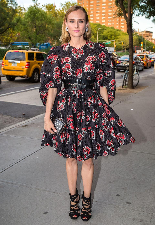"""Diane Kruger strahlt bei der """"Cinema Society & Chopard Screening"""" in einem eleganten Look von Alexander McQueen."""