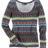 Anzeige: Sieht zu farbigen Chinos toll aus: Langarmshirt, ca. 19€.