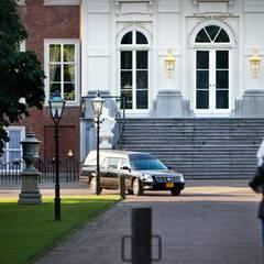 """Der Leichenwagen verlässt den Den Haager Palast """"Huis ten Bosch"""", in dem Prinz Friso seine letzten Tage verbrachte."""
