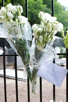 Die Niederländer gedenken Prinz Frisos mit Blumen und Briefen, die sie am Friedhofstor ablegen oder anklemmen. In den Tagen davor riss die Flut an kleinen Sträußchen, die an den Den Haager Palästen abgegeben wurden, nicht ab.