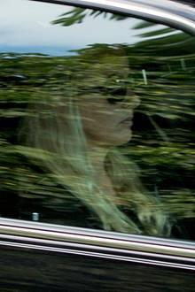 Im Inneren des Wagen sieht man Frisos trauernde Witwe, Prinzessin Mabel, das Gesicht versteckt hinter einer großen Sonnenbrille.