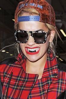Schwarze Zähne? Nicht gerade eine erstrebenswerte Angelegenheit im Mund, aber Rita Ora sorgt mit ihren schwarz glänzenden Grillz zumindest für einen Hingucker.