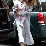 Supermodel Gisele Bundchen sieht im eleganten, weißen Outfit mit grauem Wollmantel selbst mit ihrer nicht mehr ganz so kleinen Tochter Vivian Lake auf dem Arm noch mühelos toll aus.