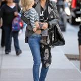 Nur wenige Monate nach der Geburt ihres zweiten Sohnes Bingham war Kate Hudson wieder rank und schlank. Ihre tolle Figur stellt sie am liebsten in Skinny Jeans zur Schau, die sie mal rockig, mal sexy kombiniert.