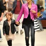 Jessica Alba und ihre älteste Tochter Honor Marie stehen auf Lederjacken. Während Honor ihr schwarzes Modell zu einem zarten Tüllkleidchen trägt, setzt Jessica mit einer knallpinken Jacke farbliche Akzente.
