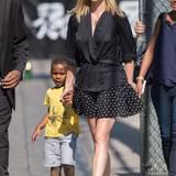 Schick und sportlich: Charlize Theron besucht im kurzen Seiden-Kimono, Pünktchen-Rock und weißen Sneakern mit ihrem Sohn Jackson die TV-Show von Jimmy Kimmel.