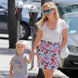 Ganz lässig läuft der süße Tennessee neben seiner bezaubernden Mutter Reese Witherspoon her. Die ist mit sommerlichem Shirt, Blumenrock und farblich wunderbar passenden Sandalen mal wieder top gestylt in L.A. unterwegs.