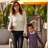 Strick-und Leder-Outfits kann man immer toll miteinander kombinieren. Ellen Pompeo, hier mit ihrer Tochter Stella Luna, zeigt, wie's geht.