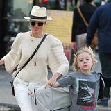 Schnell über den Zebra-Streifen! Naomi Watts passt im dichten Verkehr New Yorks gut auf ihre beiden Jungs Samuel und Alexander auf, und sieht dabei im cremefarbenen-Outfit mit Panama-Hut und schicken Plateau-Sandalen richtig toll aus.