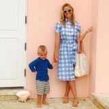 Meine Mama ist die Schönste! Reese Witherspoons jüngster Sohn Tennessee kann richtig stolz sein auf seine stylische Mutter. Im hellblau karierten Sommer-Kleid bezaubert sie ihre Instagram-Fans einmal mehr.